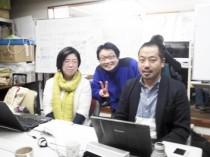 写真は左から新事務局スタッフの馬場愛さん、事務局長宮腰義仁さん、青田大輔さんです。「いっしょにアースデイ東京2014をつくりましょう!」