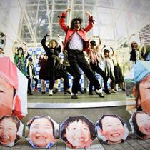 """12:30〜13:15 アースデイwithマイケルの皆さんによるライブパフォーマンス! みんなステージに集まれ!笑顔の傘""""メリーアンブレラ""""を咲かせよう!"""