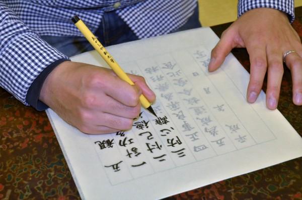 透ける紙の上から文字をなぞる。「『無心になること』を意識しない。それが無心で書くということです」。うーむ…